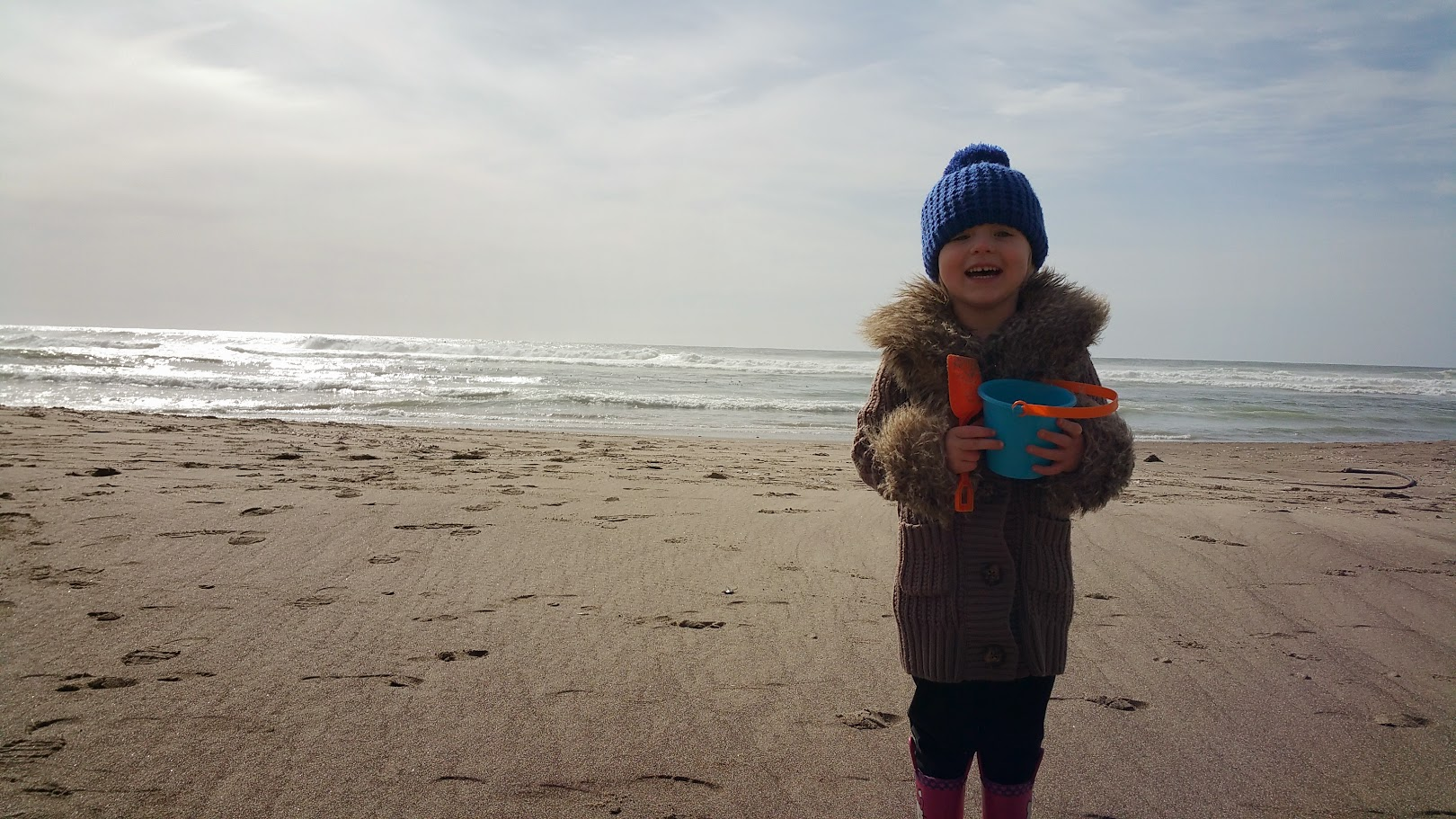 20150412_Emmna digging in the sand 3
