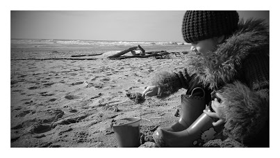 20150412_Emmna digging in the sand